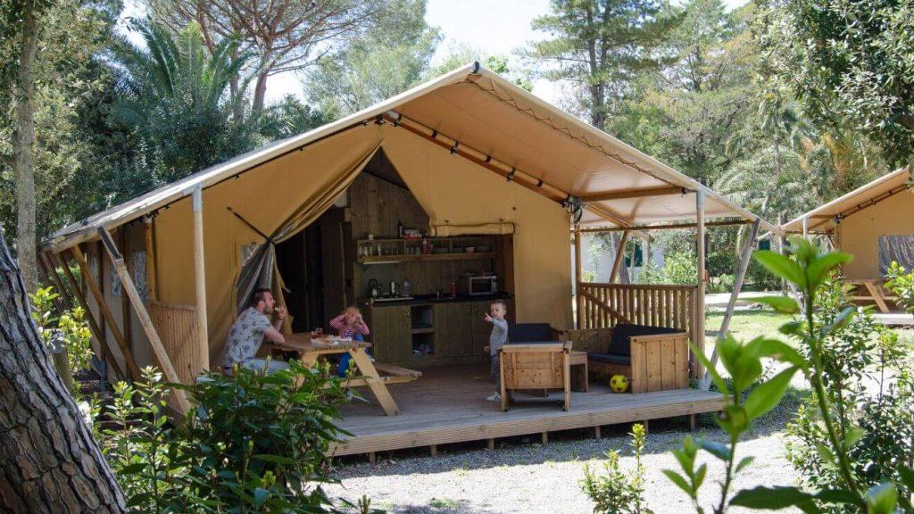 YALA_Safari_Tent_Woody_at_the_campsite